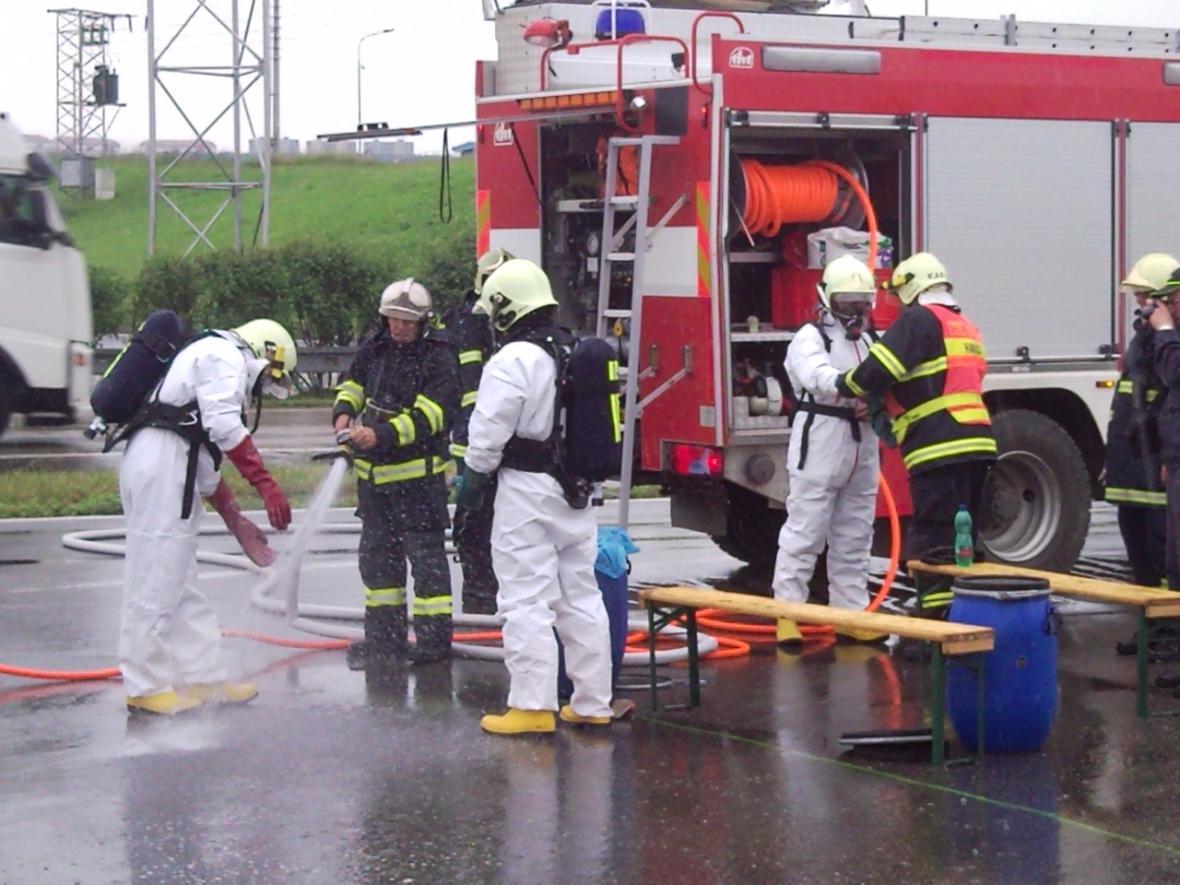 Hasiči uzavřeli benzínovou stanici kvůli uniklé pryskyřici