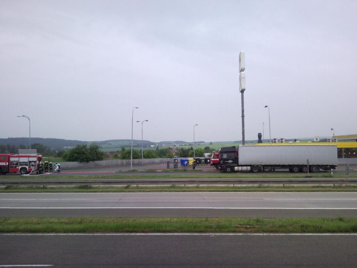 Hasiči uzavřeli benzinovou stanici na D1