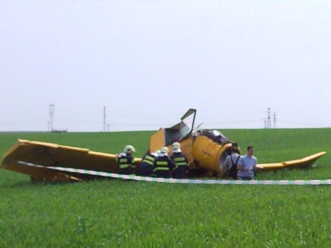 Na Znojemsku se zřítilo práškovací letadlo, pilot byl převezen do nemocnice