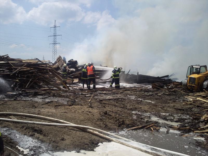 Požár železničních pražců v Újezdu u Brna