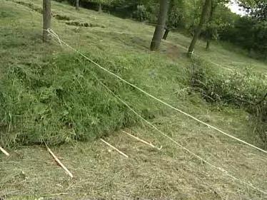 Pomocí provázku v Luhačovicích hlídají, jak se svah hýbe