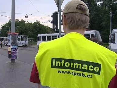 Cestujícím byli s informacemi k dispozici asistenti dopravního podniku