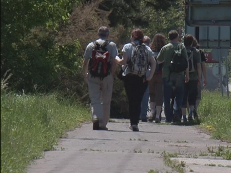 Lidé, jdou po 65 letech pochod smrti z Brna do Pohořelic