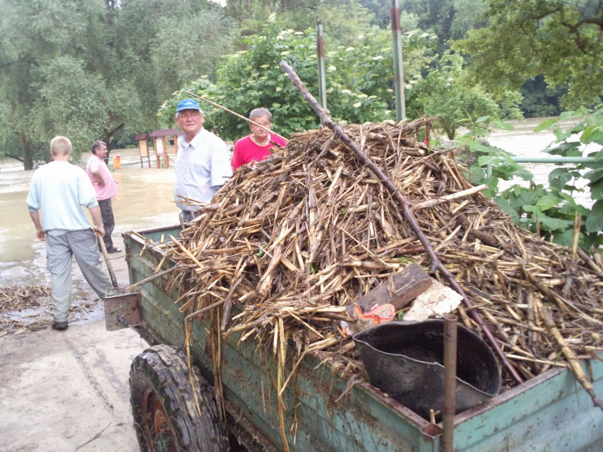 V Rohatci čistí odtok z laguny, aby se voda vrátila do Moravy
