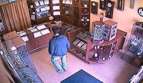 Zloděj zachycený na bezpečnostní kameře