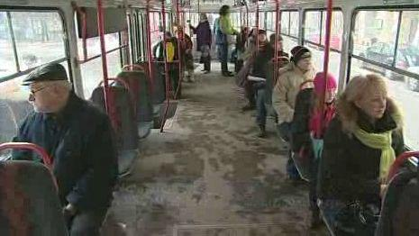 Cestující tramvají