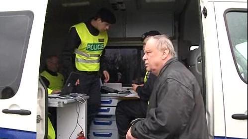 Policisté kontrolují řidiče kamionu