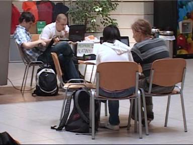Studenti v Atriu FSS