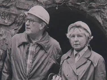 Drahoslav Říčný s kolegyní u jeskyní v Moravském krasu