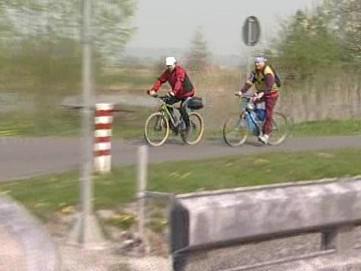 Cyklisté podél Baťova kanálu
