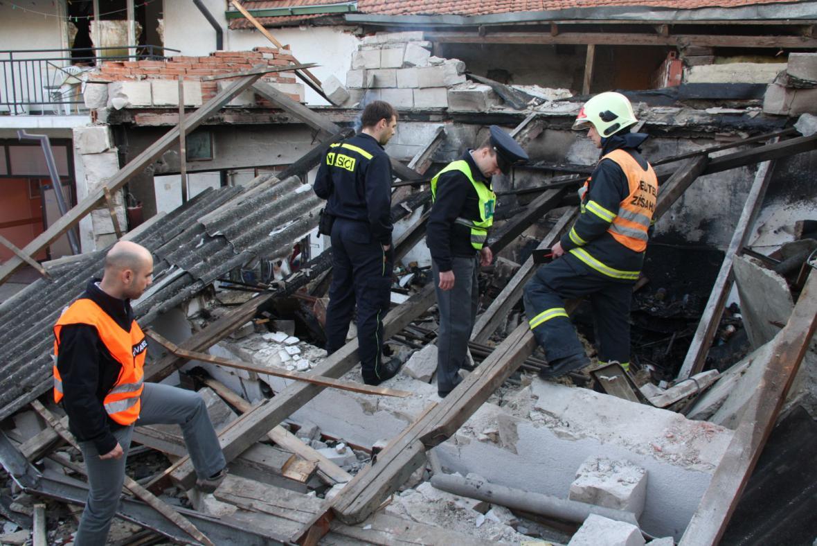 Hasiči a policie šetří tragický výbuch v Hluku