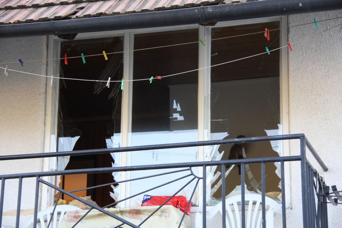 Výbuch rozbil okna v přilehlém domě