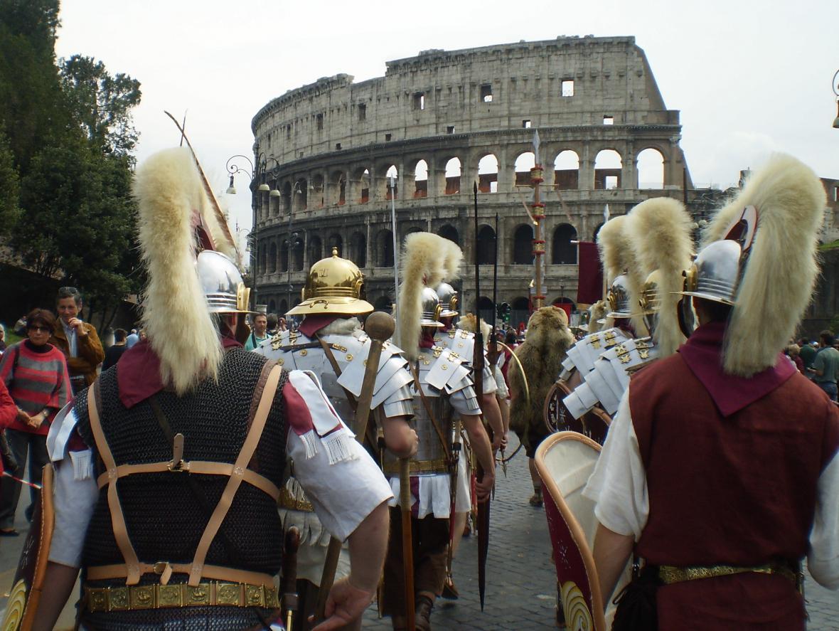 Šermířská skupina jako římští bojovníci pochodující na Řím