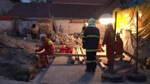 Hasiči odstraňují spadlou zeď u hřbitova v Židlochovicích