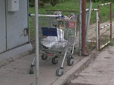 Zloději odváželi ukradené kovy v nákupních košících