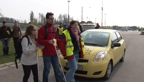 Nevidomí si vyzkoušeli jízdu autem na Masarykově okruhu