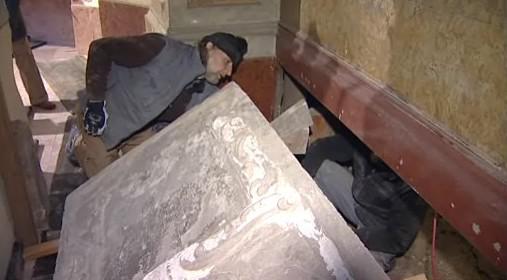 Náhrobek ze 17. století se ukrýval za oltářem