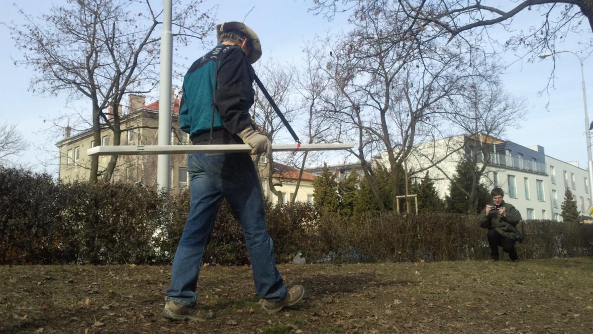 Pracovník odborné firmy zkoumá, kde jsou hroby rudoarmějců
