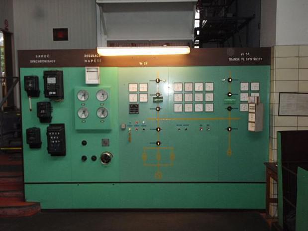 Starému vybavení malé vodní elektrárny v Kníničkách už odzvonilo