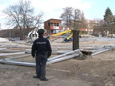 Dva muže zasypala železná konstrukce haly