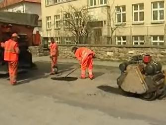 Silničáři opravují silnice