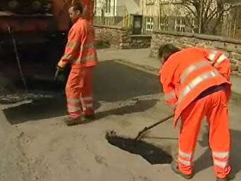 Silničáři opravují poničené silnice