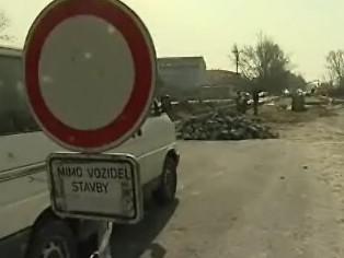 Po dlouhé zimě se opravují silnice plné výtluk