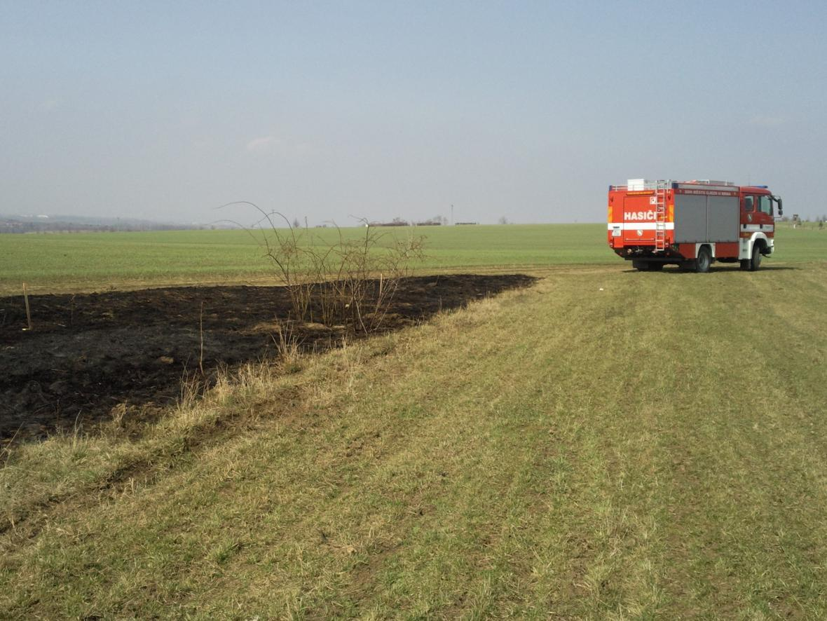 Hasiči vyjíždějí k požárům travnatých porostů