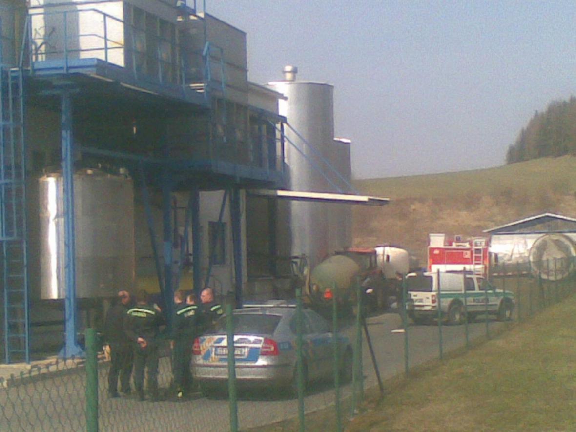 Dva muži zahynuli při údržbě mlékárenské nádrže