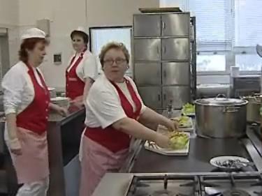 Školní jídelny v Brně chtějí předat nevyužité jídlo bezdomovcům