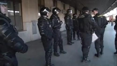 Policisté hlídkují na nádraží