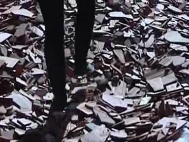 Poničená střecha sýpky na hradě Pernštejn