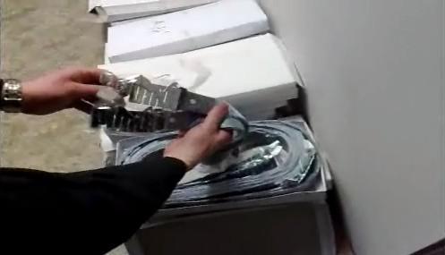 Padělané pásky ve skrýši za zrcadlem