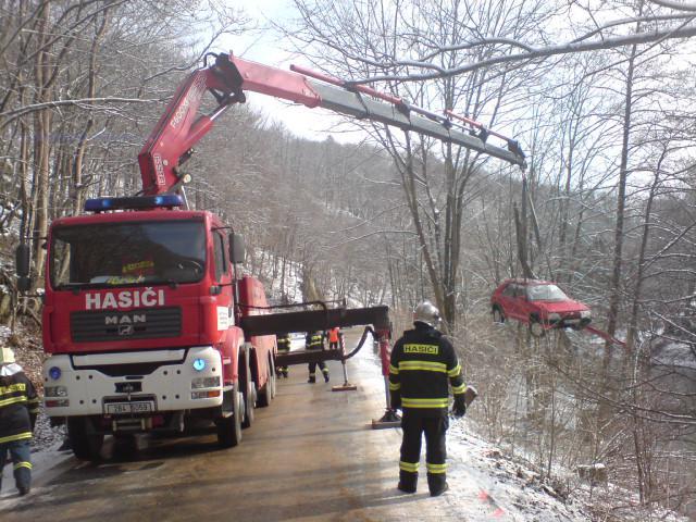 Vyprošťování auta z řeky Svitavy