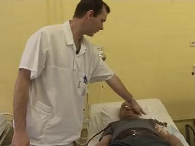 Doktor popisuje dialýzu