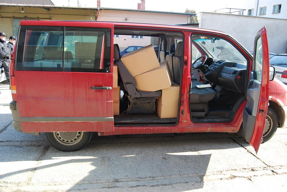 Zadržený automobil s nekolkovanými cigaretami