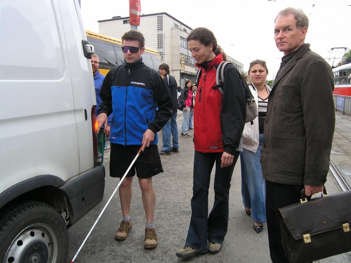 Instruktoři pro nevidomé zkouší slepotu
