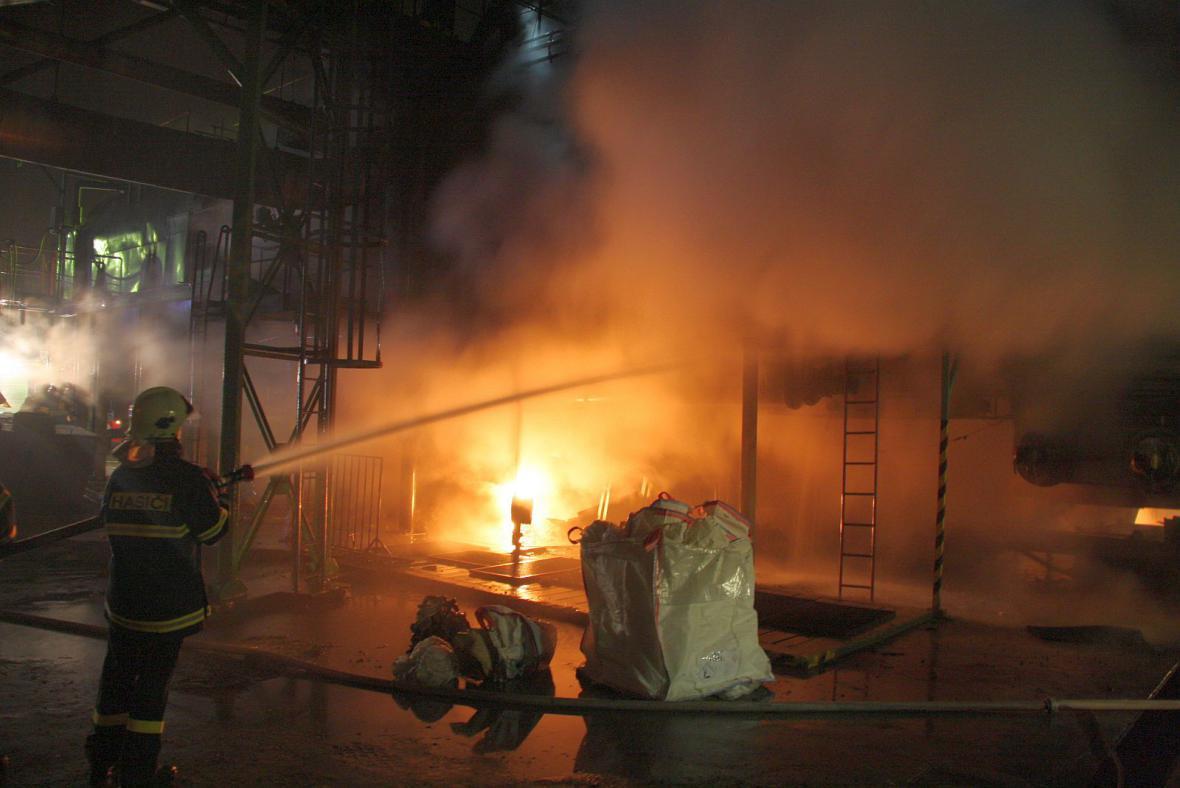 Hasič likviduje požár v chemické výrobě v Otrokovicích