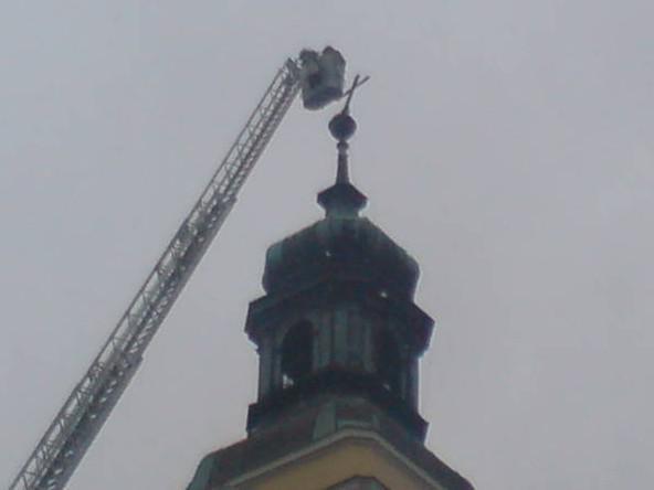 Tři metry vysoký kříž hrozil pádem z věže kostela sv. Kunhuty v Čejkovicích