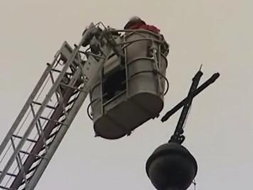 Kříž z kostela hrozil pádem, hasiči ho raději odstranili