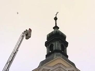 Hasiči odstranili kříž z věže kostela, hrozil spadnutím