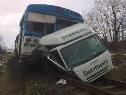 Na Třebíčsku došlo ke srážce auta s vlakem, řidič nákladního vozu je mrtvý