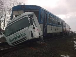 Řidič nákladního auta zemřel po srážce s osobním vlakem