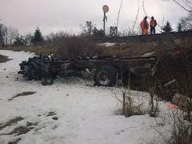 Po nehodě vlaku a nákladního auta, řidič v autě zemřel