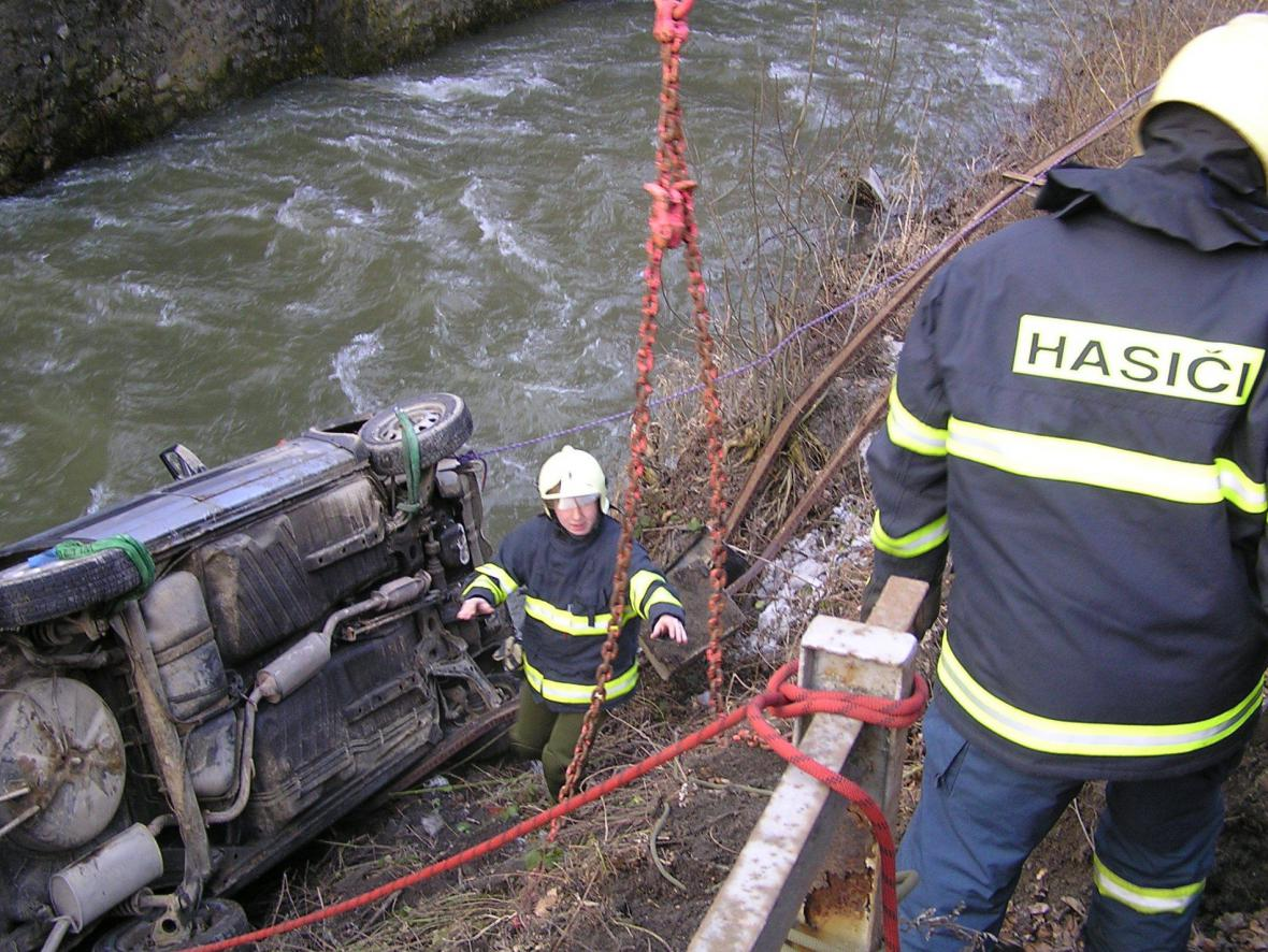 Řidička přerazila zábradlí a spadla do řeky
