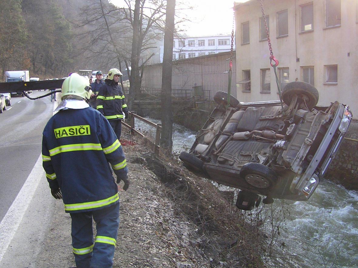 Řidička spadla s autem do řeky