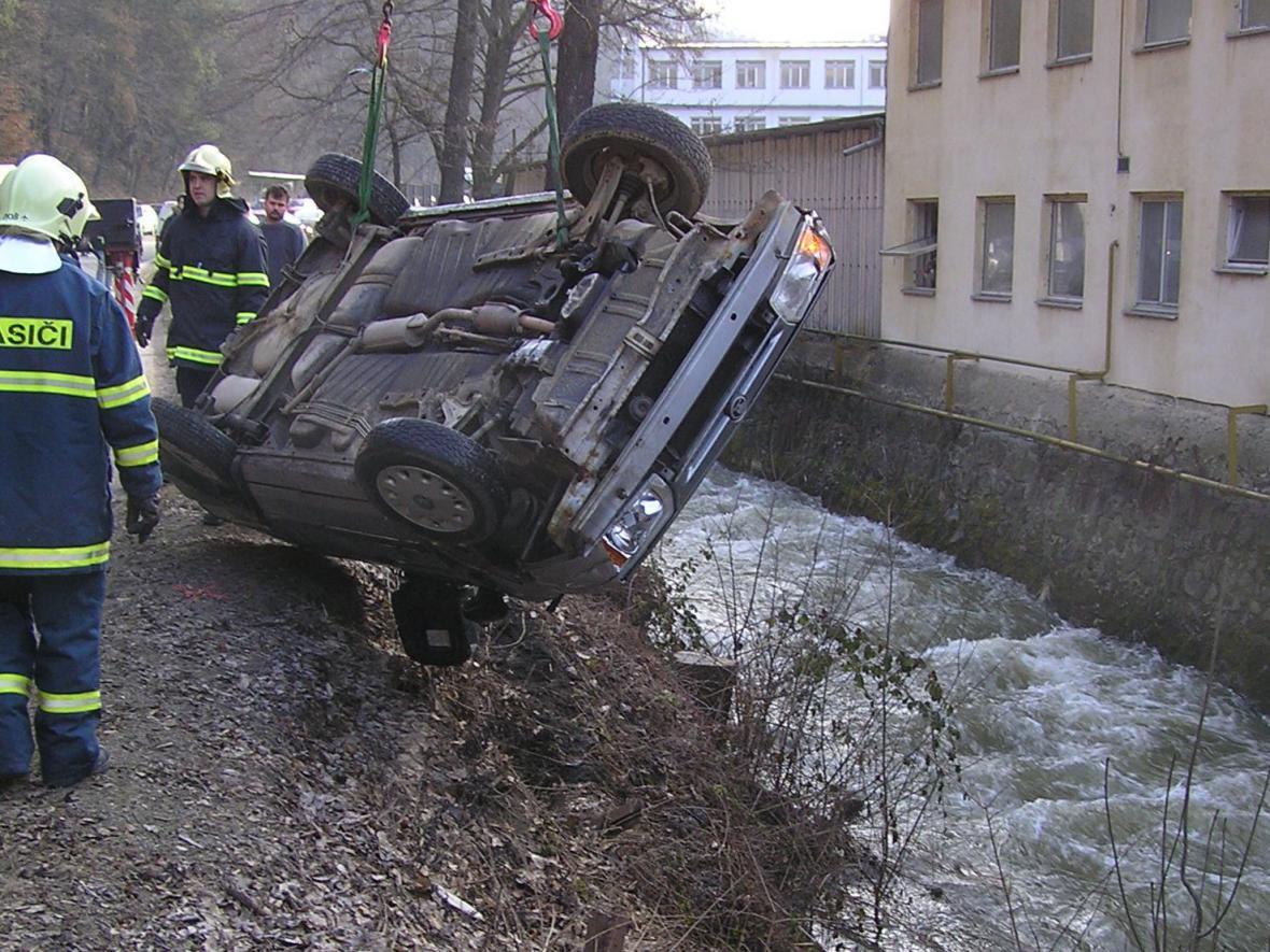 Řidička s autem spadla do Punkvy