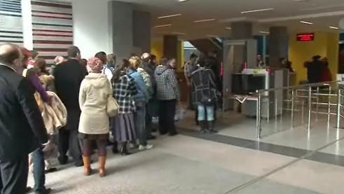 Čekající návštěvníci justičního paláce