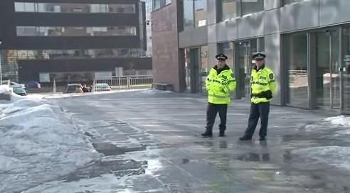 Policisté před justičním palácem