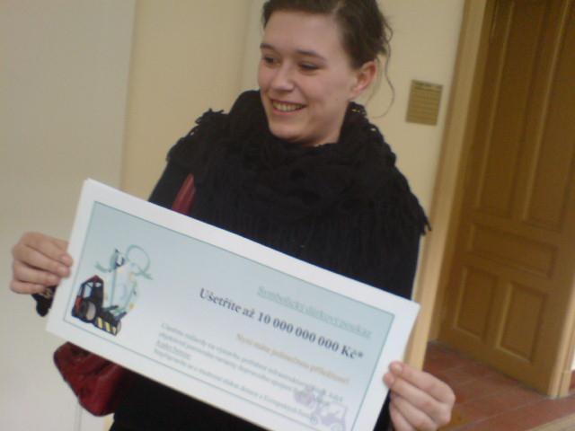 Aktivistka z Ekologického právního servisu s dárkovým kuponem na 10 mld. pro hejtmana Haška a ministra Slamečku
